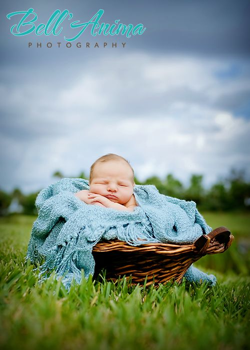 Newborn outdoor photography.