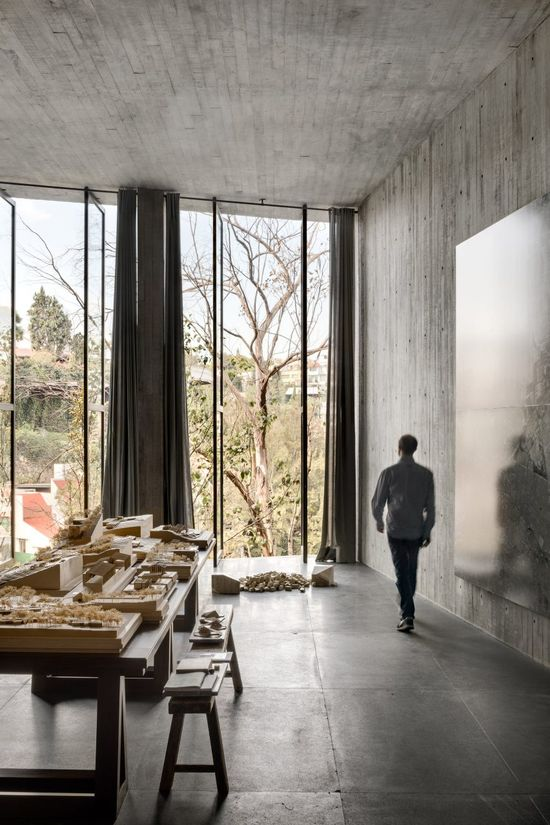 Manuel Cervantes also has his own design gallery and studio here, which gives him the flexibility to use the building in different ways. As well as being able to host friends, the architect can also use the house for client meetings.