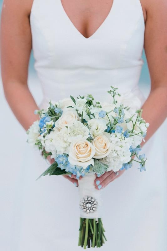 Pale peaches, soft whites & baby blues. & how awesome is the brides nail polish?! FLOWERS :: www.fioreofpensacola.com :: image :: www.avantimagesblog.net