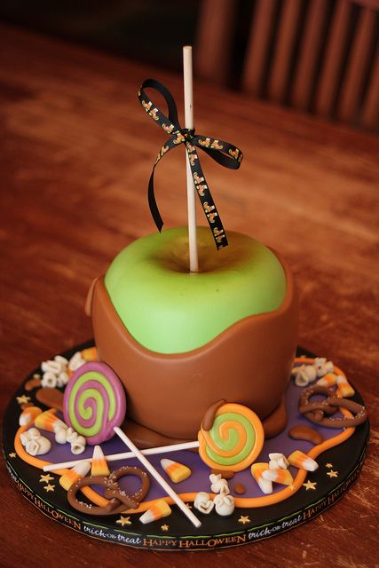 I'm head-over-heels in love with this awesomely fun Caramel Apple Halloween Cake. #caramel_apple #cake #cooking #dessert #food #baking #autumn #fall #Thanksgiving