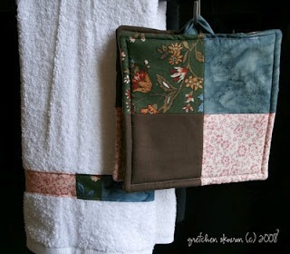 great do-it-yourself gift, matching kitchen towel and pot holder
