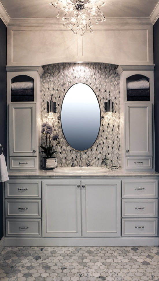 szklana mozaika jako na ścianie w łazience