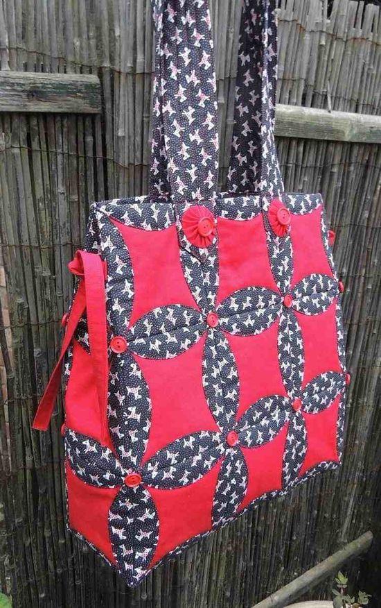 sac d'épaule en rouge et noir, assemblage type patchwork