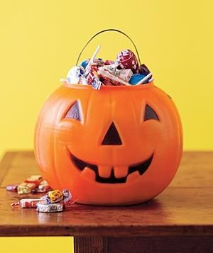 Which Halloween candy is healthier? Use this guide to find out the best choices. #halloween #candy #health