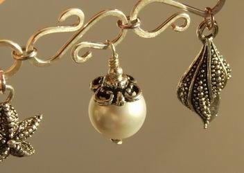 How to make a beaded charm bracelet - #Wire #Jewelry #Tutorial