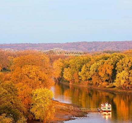Illinois River Road National Scenic Byway        Within easy drives of Chicago and St. Louis, the Illinois River Road National Scenic Byway threads through natural areas and past the sort of water views, bluffs and brilliant fall foliage Illinois rarely gets credit for.