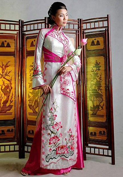 Ao Dai Sen Viet - HS123 / A real old time Vietnamese royal style, feel like a queen, right? Take it with you now :D / aodaihoanguyen.co...