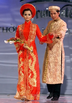 this is what I'm more used to: a traditional wedding ao dai, and in the right shade of red.