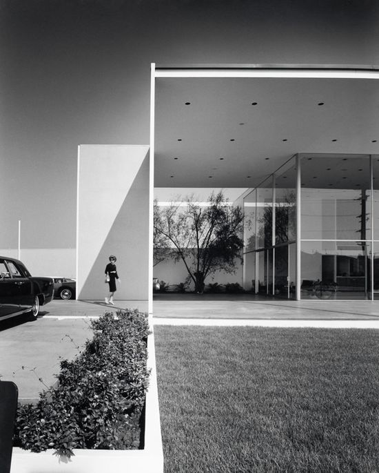 Duffield's Lincoln-Mercury showroom in Long Beach by Killingsworth, Brady and Smith, photo by Julius Shulman (1963)