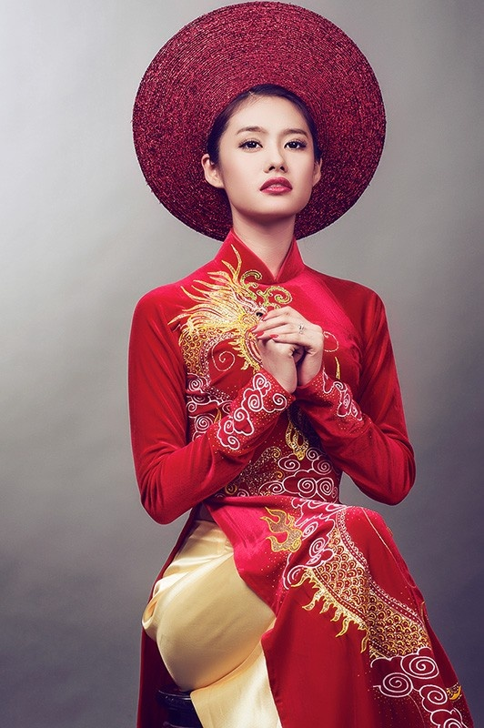 Vietnamese wedding dress. Dragon embroidery in red and gold.