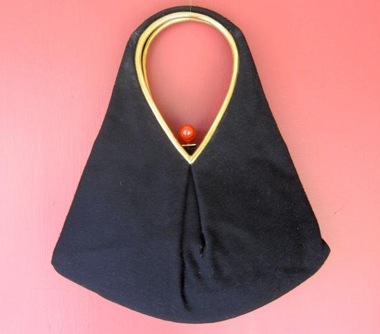 1940s Black Purse with Bakelite Clasp. #vintage #purses #handbags #accessories