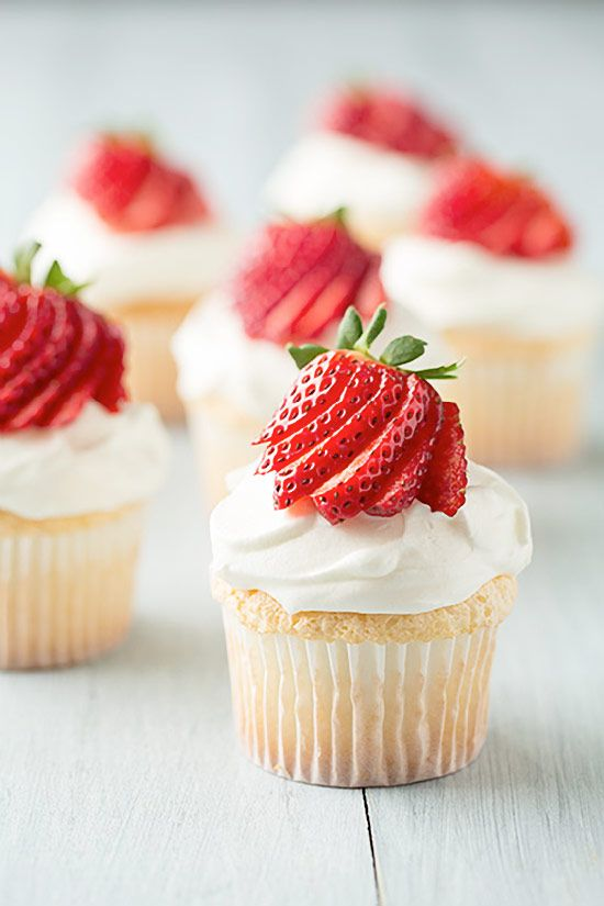 BEST Angel Food Cupcakes Recipe with Cream Cheese Whipped Cream and Fresh Berries #cupcakerecipes