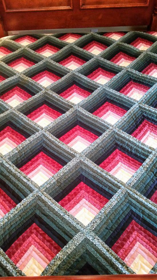 Cest une belle Lancaster County Amish fait à la main de patchwork. La couette est de grandeur queen et le motif de la courtepointe est appelé : léger dans les journaux. Cela est montré sur un lit queen size. La couette mesure 106 x 108 et est faite de 100 % coton avec de louate de fibre de polyester 100 %. Les couleurs du tapis sont beau vert Bordeaux profond, profond et un blanc antique qui signifie la lumière. Cette combinaison est si jolie. Le dos de cette courtepointe est dans un tissu ...