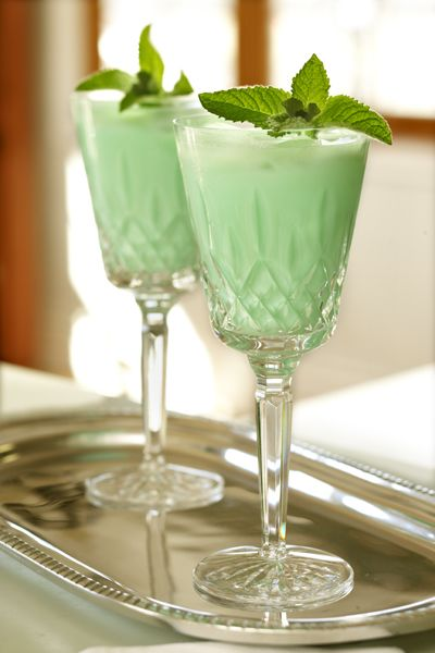 IRISH EYES COCKTAIL RECIPE  Ingredients:  1 oz Irish Whisky ¼ oz crème de menthe 2 oz cream Preparation:  Pour the ingredients into a cocktail shaker with ice. Shake well. Pour into glass