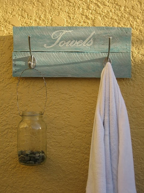 Simple yet very nice: DIY pallet wood for towels