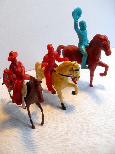 1960s VINTAGE TOYS - PLASTIC COWBOYS ON HORSES 4