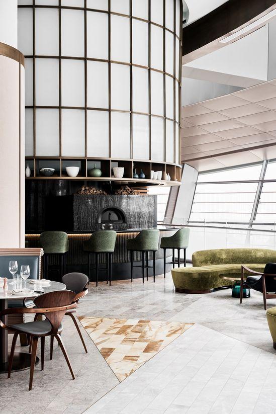 Inspiré par la forme et l'échelle très irrégulières du bâtiment et de la location, le restaurant s'inspire de l'intérêt personnel d'Alexander & CO pour le design et l'architecture classiques du XXe siècle combinés aux influences océaniques australiennes et néo-zélandaises de la cuisine de Sean Connolly.