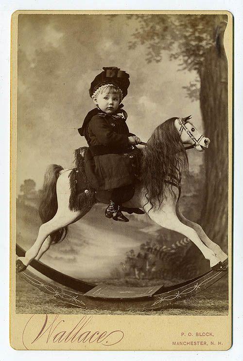 Enfant sur le cru Cheval à bascule