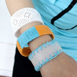 DIY up-cycled bracelets made from plastic bottles and scraps of yarn and lace. (tutorial in Swedish)