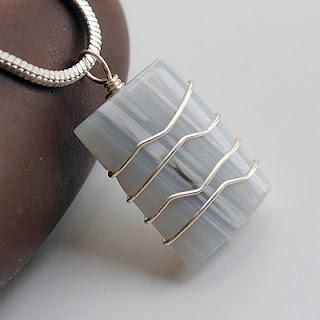 DIY: Wrapped Rectangular Pendant   #handmade #jewelry #pendant #wire_wrap #bead #beading