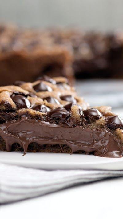 Recette avec instructions en vidéo: Vous aimez les cookies ? Et si, en plus, c'est un cookie géant et garni de Nutella ? Ingrédients: 1 tasse de beurre doux, 1 tasse de sucre brun , ½ tasse de sucre , 1 gros œuf, 2 cuillères à café d'extrait de vanille, 2 ¼ tasses de farine, 1 cuillère à café de bicarbonate de soude, ½ cuillère à soupe de sel, 340 g de pépites de chocolat, 1 tasse de Nutella, Crème glacée à la vanille