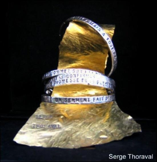Serge THORAVAL -  bracelet poeme  peut-être un des 1ers bijoux que j'aie acheté ...  ce que j'aime c'est qu'à chaque fois on crée sa propre poésie .... 1 vers sur chaque anneau ... ça dépend dans quel ordre on les enfile ! :-))  --  one verse on each bracelet - create your own poesie each time you put the lot of bracelets on your wrist !