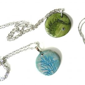 If you are looking for a perfect DIY Christmas gift, here it it! Easy Nature Pendants tutorial.