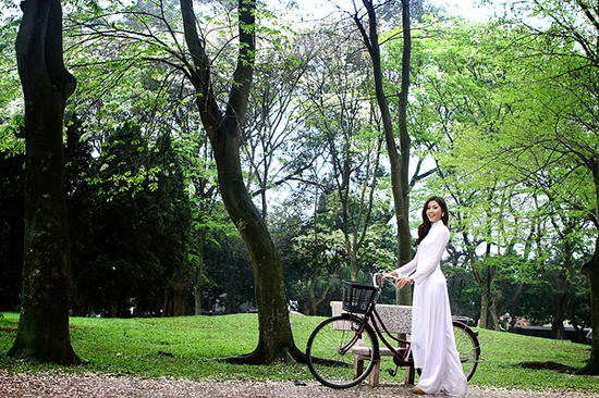 wearing a traditional ao dai and riding a bike to school everyday.... oh the life of a vietnamese girl