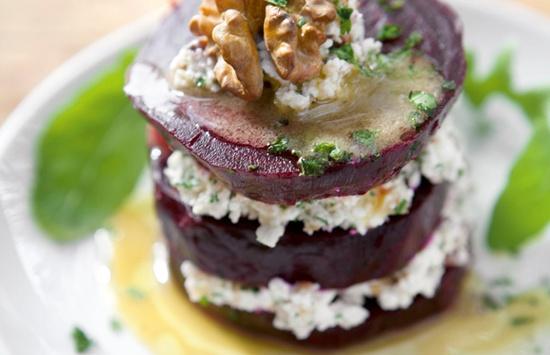 Betarragas rellenas con queso cotage, nueces y hierbas.
