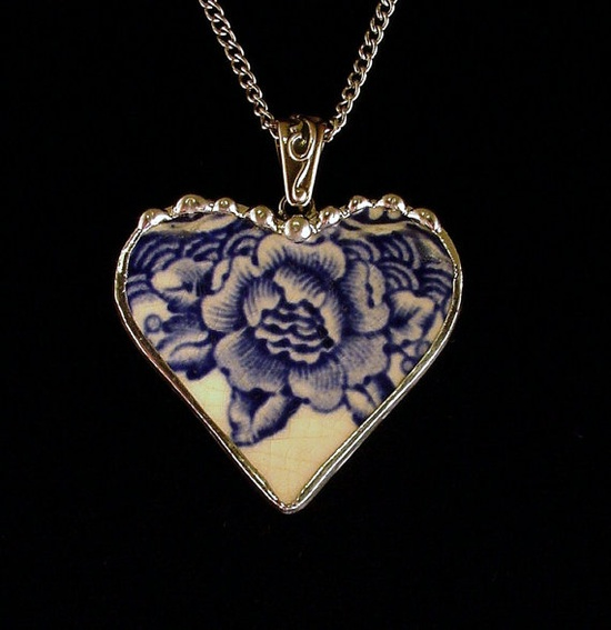 Broken china heart pendant  SO SO BEAUTIFUL>>>>   WISH I HAD THOUGHT OF MAKING IT