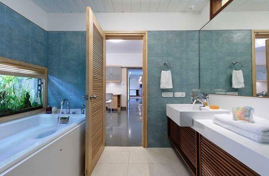 Simple Blue Bathroom Decor