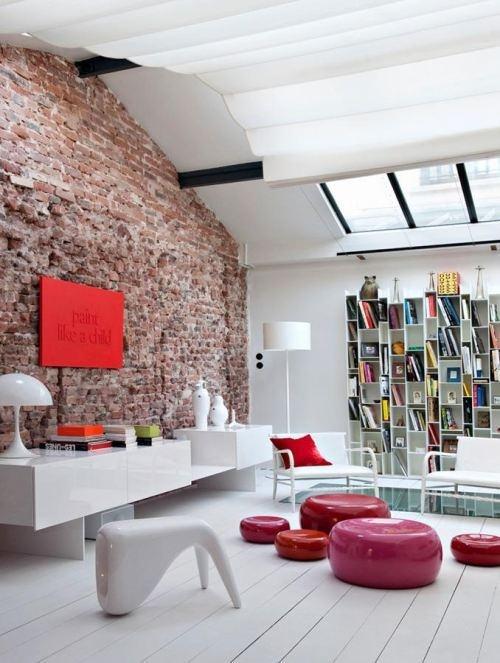 Salon design blanc et rouge dans un loft sous verrière #interior #livingroom #loft #design #red #bricks