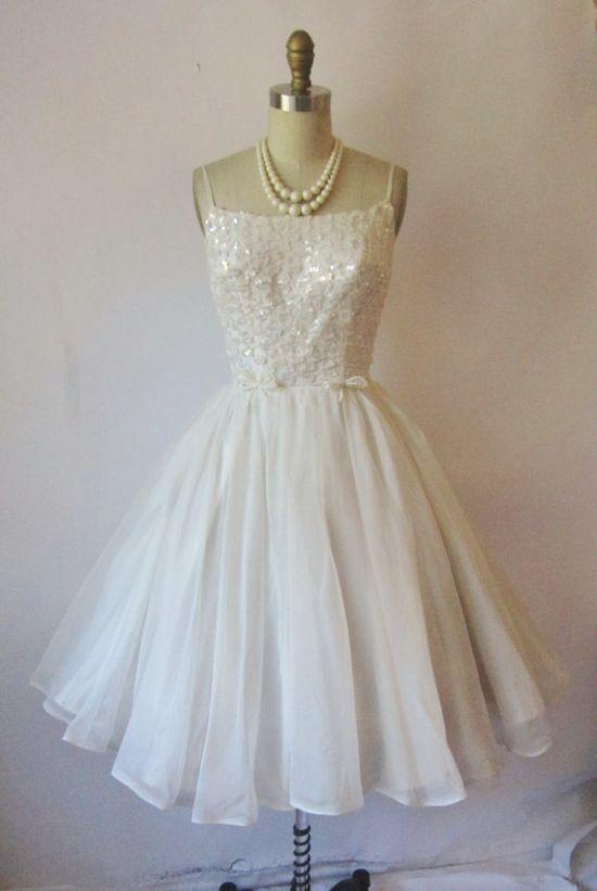 love this vintage wedding dress!!