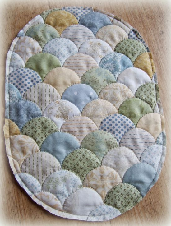 Since I discovered clamshell patchwork last year I have been rather obsessed  with them ...and seem to have stitched them at every chance!  ...