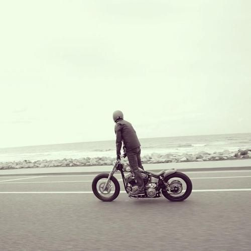 Juste histoire d'aller checker les vagues. #waves #surf #custom #motorcycle
