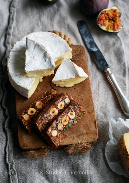 Honey-fig-nut bread with cheese