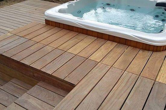terrasse bois exotique et installation de jacuzzi . Aménagement réalisé par Arbor minéral paysagiste