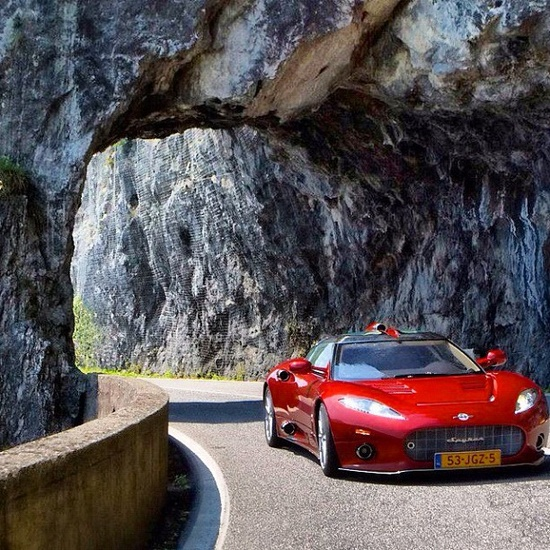 Spyker C8 mountain climbing hot Red!