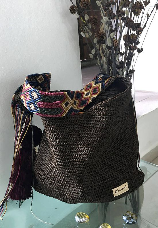 DESCRIPCION Este hermoso Morral tejido a mano por Artesanos Mexicanos en zona Maya, es unico y diseño exclusivo de Otomiartesanal, es una bolsa grande con un toque muy étnico y un hermoso pompón gigante colgando por uno de sus lados. El increíble diseño del Tejido de su Asa es