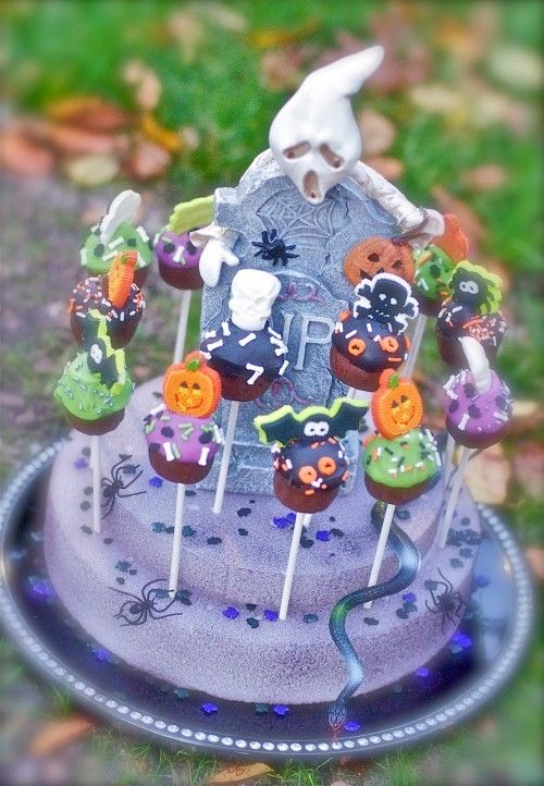 Spooktastically fabulous Halloween Cake Pop Display. #cake #pop #display #pumpkins #bats #Halloween #food #cooking #dessert #baking #autumn #fall