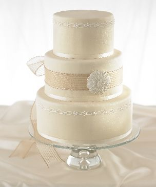 Love how simple this #wedding #cake is.