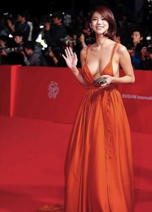 Oh In-Hye was a little known South Korean actress until she dawned a red plunging neckline dress and walked the red carpet at the Busan International Film Festival (BIFF). Photos of her amazing sideboob exploded across