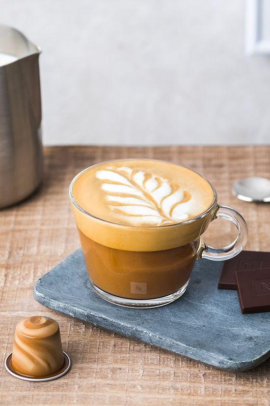 Intense dégustation au programme avec notre recette de Mocha chocolat caramel réalisée avec le BARISTA CREATIONS Scuro.  1. Versez du lait dans votre émulsionneur de lait.  2. Préparez de la mousse de lait chaude dans votre émulsionneur. 3. Déposez 2 carrés de chocolat noir aux éclats de caramel salé Nespresso au fond de votre tasse. 4. Recouvrez de 40 ml de Scuro. 5. Versez 100 ml de mousse de lait dans la tasse et réalisez votre dessin.  Prêt à la tester chez vous ?