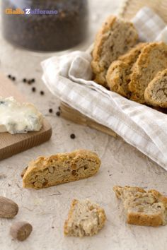 I #CANTUCCI AL GORGONZOLA (blue cheese cantucci biscuits), la versione salata del classico biscotto toscano. #ricetta #GialloZafferano #Biscotti #Toscana #italianfood #italianrecipe