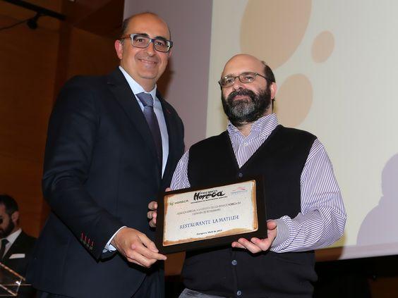 Luis Vaquer entrega la Mención Especial a la Mejor Difusión del Certamen a José Puyuelo, de La Matilde.