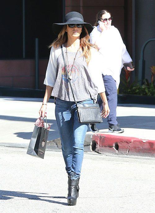 EVA LONGORIA  Demostrando que un look casual no tiene que ser aburrido, Eva Longoria complementó una camiseta holgada gris con estampado en ...