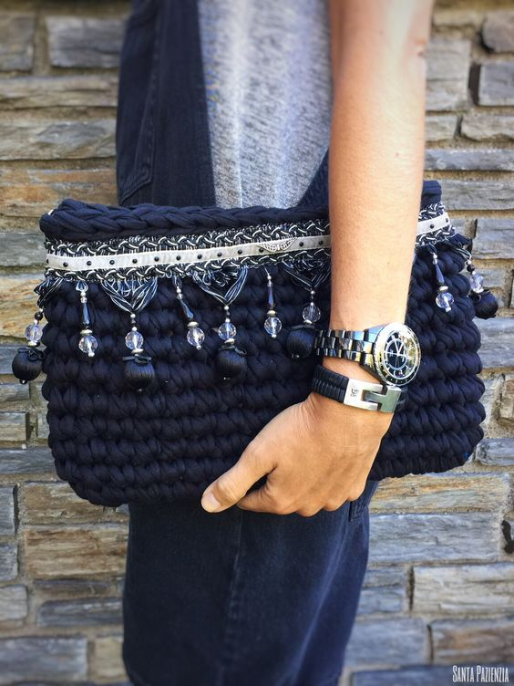 Clutch de trapillo Boho-chic DIY T-shirt Yarn Clutch handmade by Santa Pazienzia ༺✿Teresa Restegui http://www.pinterest.com/teretegui/✿