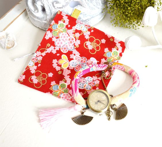 Montre bracelet double-tour en tissu japonais beige et rose, cadran vintage,pompon et sa pochette en tissu japonais. : Montre par mes-tites-lilis