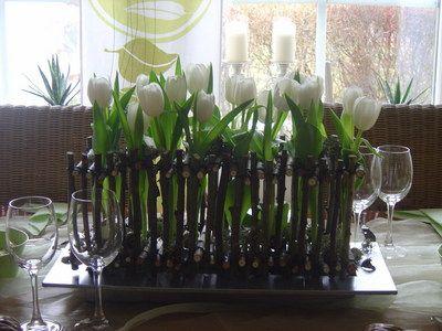dekorationen aus holz tisch dekoration mit holz und tulpen wohnen garten easter ostern. Black Bedroom Furniture Sets. Home Design Ideas