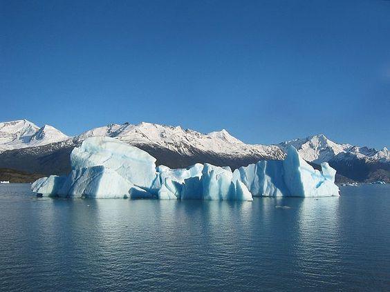 Hier liegen drei Aggregatzustände des Wassers nebeneinander vor: Der Eisberg als festes, der Lago Argentino als flüssiges und der unsichtbar in der Luft befindliche Wasserdampf als gasförmiges Wasser.